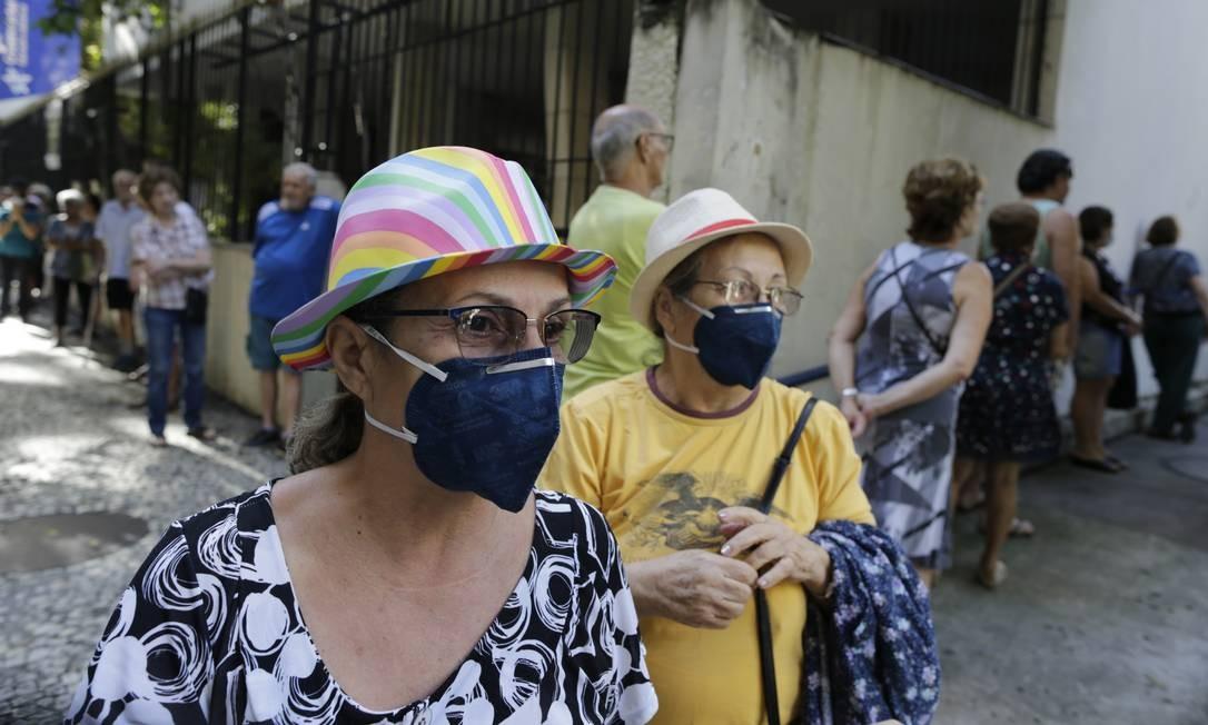 Fila para vacinação na campanha contra a gripe em posto na Rua Silveira Martins, no Catete Foto: Marcia Foletto / Agência O Globo