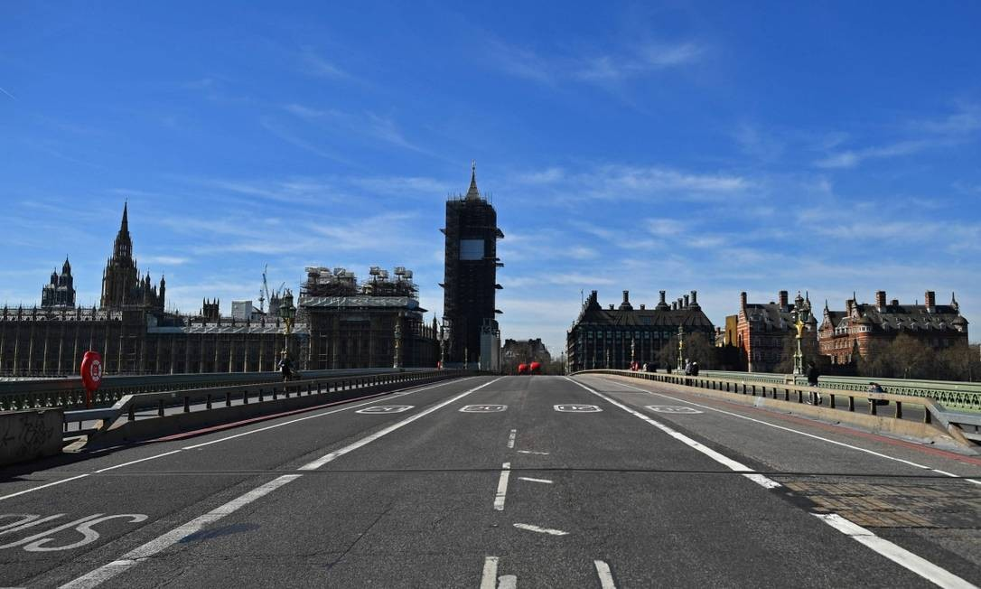 Ponte Westminster é vista vazia nesta segunda-feira Foto: BEN STANSALL / AFP