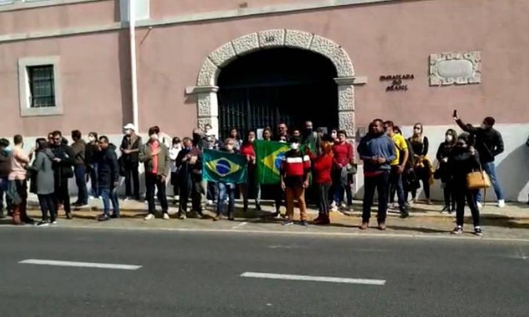 Brasileiros em frente à Embaixada do Brasil em Lisboa Foto: Coluna Guilherme Amado/Agência O Globo
