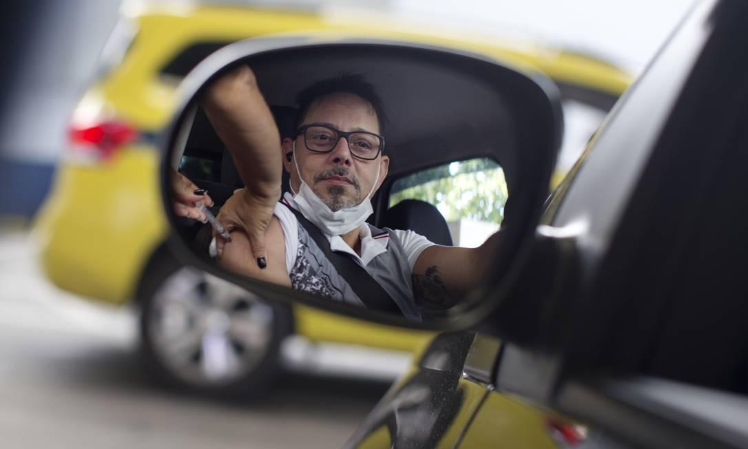 No Brasil, algumas cidades como o Rio de Janeiro, disponibilizam 'drive thru' para vacinação contra a gripe, afim de evitar aglomerações Foto: Márcia Foletto / Agência O Globo
