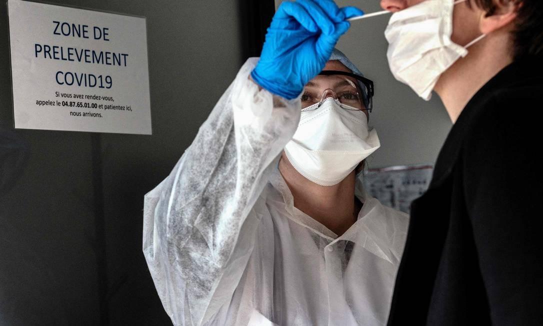 Pessoa faz teste para coronavírus em um laboratório em Villeurbanne, na França Foto: JEFF PACHOUD / AFP