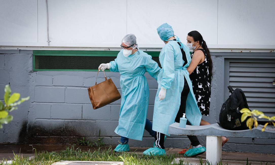 Secretaria de Saúde do DF transforma uma tenda que era ultilizada no atendimento a pacientes de Dengue em leitos para atendimento de pacientes suspeitas e já confirmados da Covid-19 Foto: Pablo Jacob / Agência O Globo