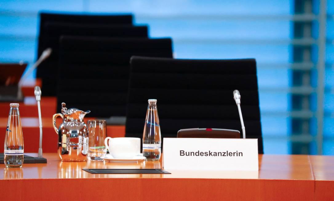 A cadeira vazia de Merkel, que participou da reunião semanal do seu gabinete por vídeo, por estar em quarentena Foto: Fabrizio Bensch / REUTERS