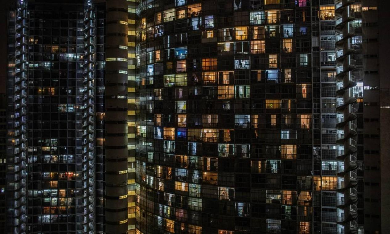 Apartamentos iluminados em São Paulo, onde população se mantém em casa por causa do coronavírus Foto: VICTOR MORIYAMA / NYT