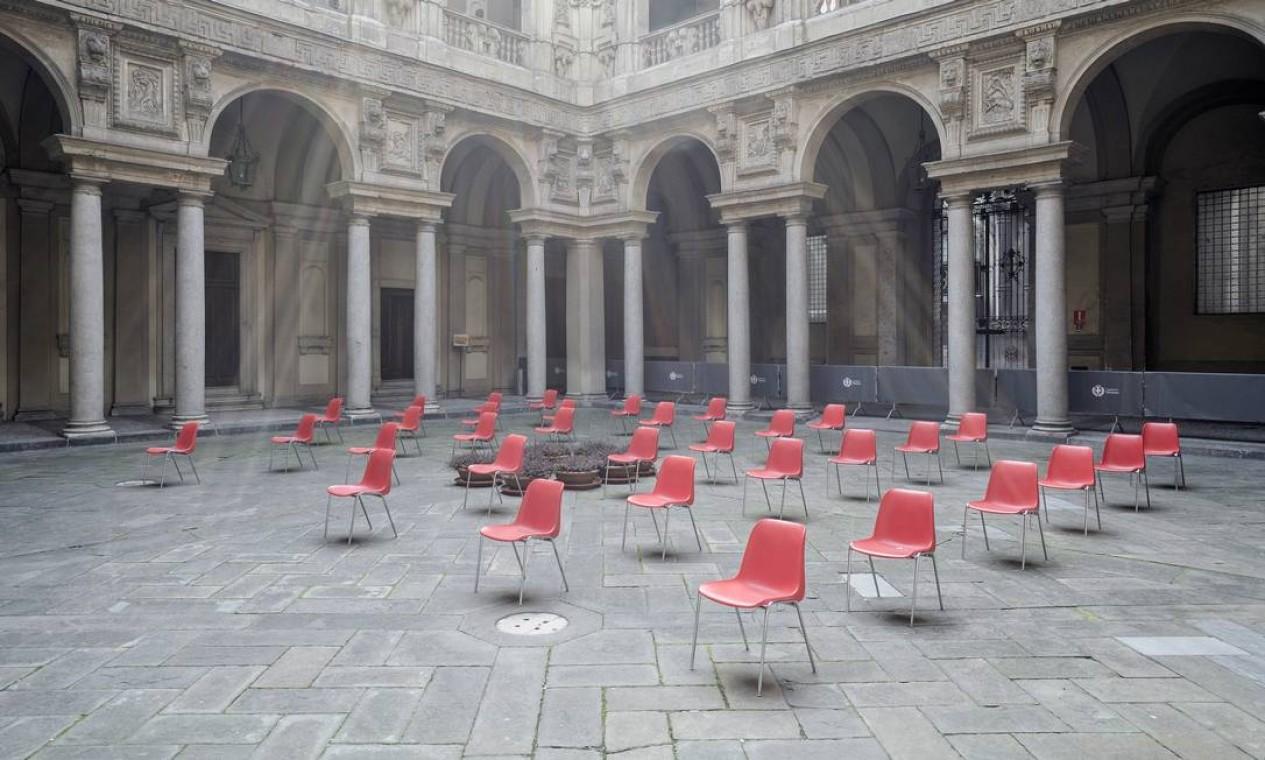 No Palazzo Marino, sede da prefeitura de Milão, na Itália, cadeiras são colocadas ao ar livre e a uma distância segura antes de uma reunião, em 20 de março de 2020 Foto: ALESSANDRO GRASSANI / NYT