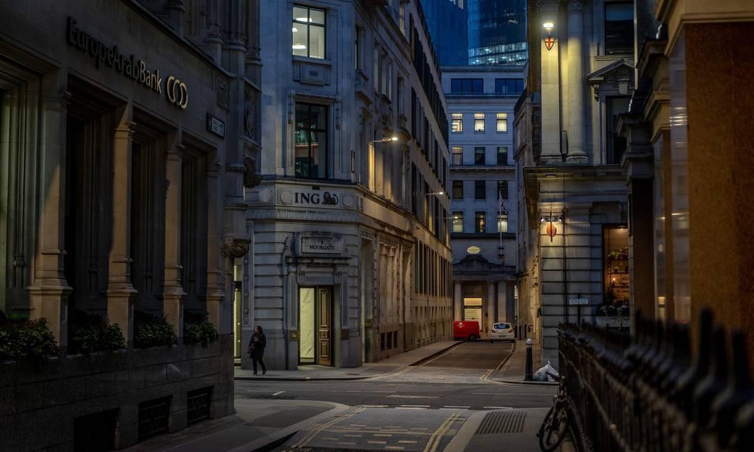 Em Londres, rua vazia na hora do rushda grande metrópole Foto: Andrew Testa / NYT