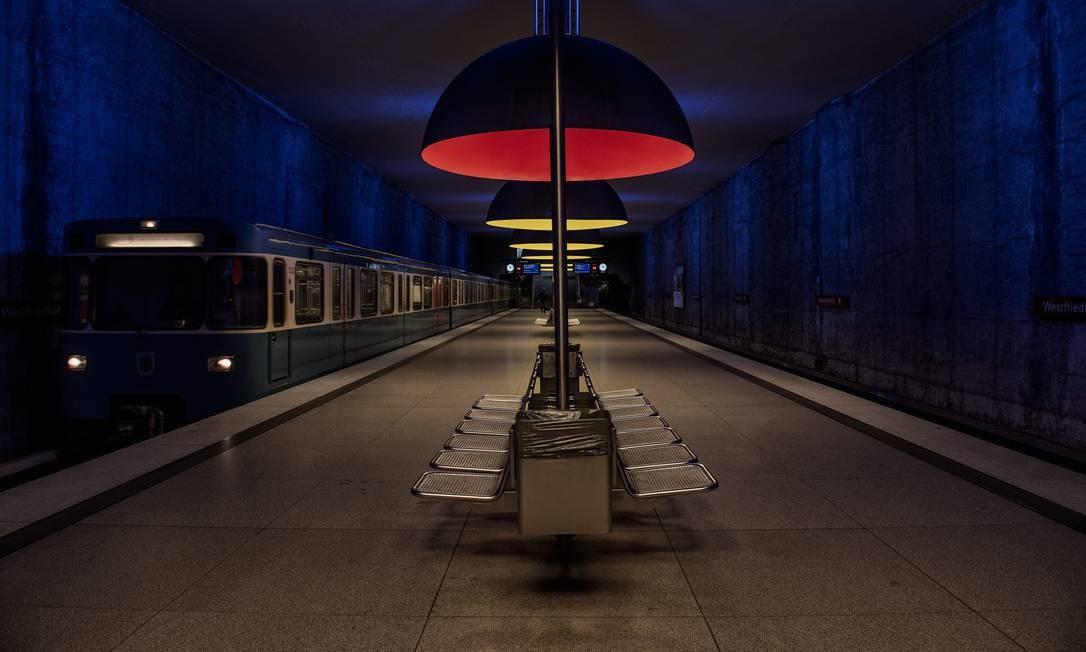 Em Munique, Alemanha, uma estação de metrô sem passageiros Foto: Laetitita VANCON PHOTOGRAPHY / NYT