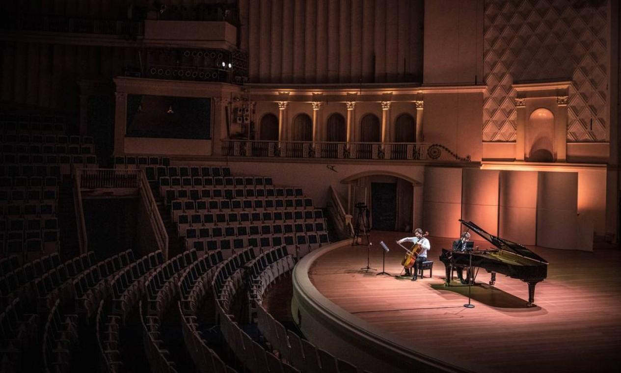 Em Moscou, na Rússia, músicos ensaiam na sala de concertos Tchaikovsky com assentos vazios para uma apresentação online Foto: Sergey Ponomarev / NYT