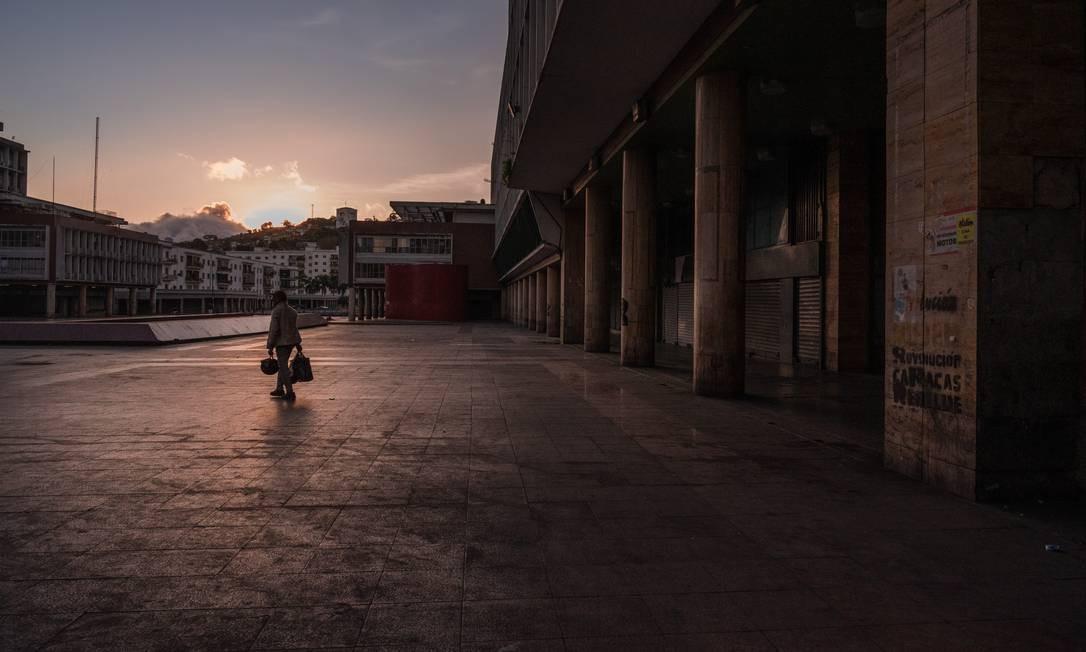 Caracas: homem caminha em uma praça popular no centro da capital da Venezuela Foto: Adriana Loureiro Fernandez, Adriana L. Fernandez / NYT