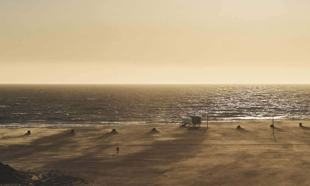 Um oceano imutável, uma praia quase irreconhecível em Santa Monica, Los Angeles Foto: Philip Cheung / NYT
