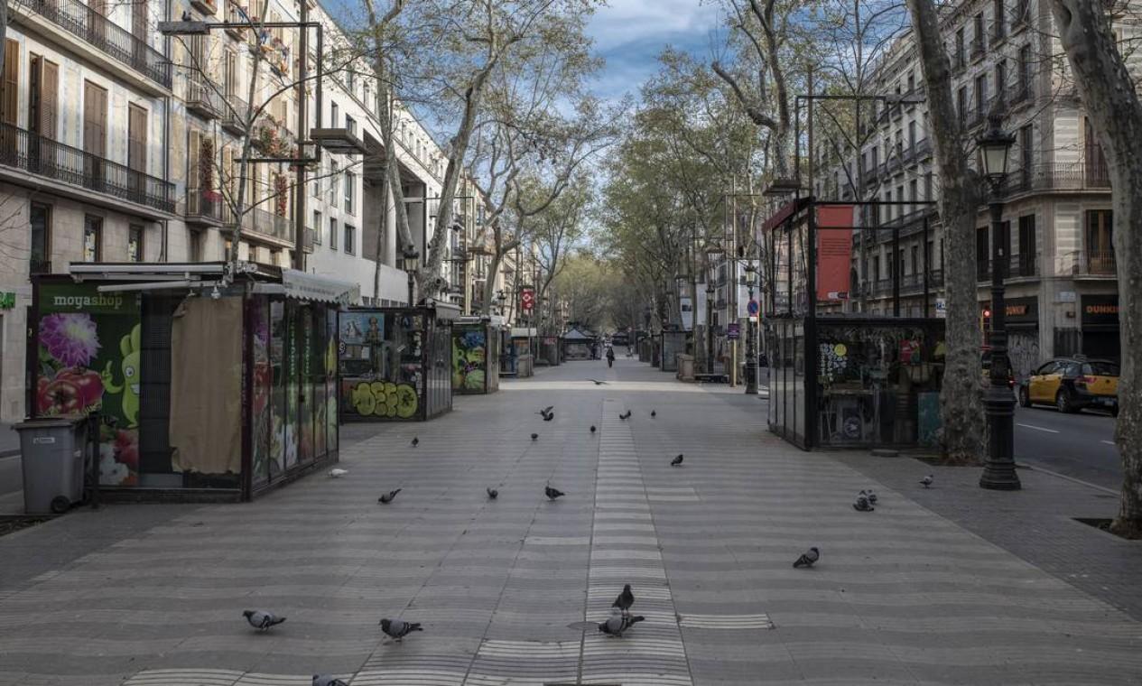 Os pombos tinham Las Ramblas apenas para eles, em Barcelona, em 19 de março Foto: Maria Contreras Coll / NYT