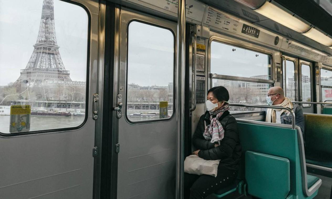 A Torre Eiffel e o Sena vistos do metrô em Paris Foto: Andrea Mantovani / NYT