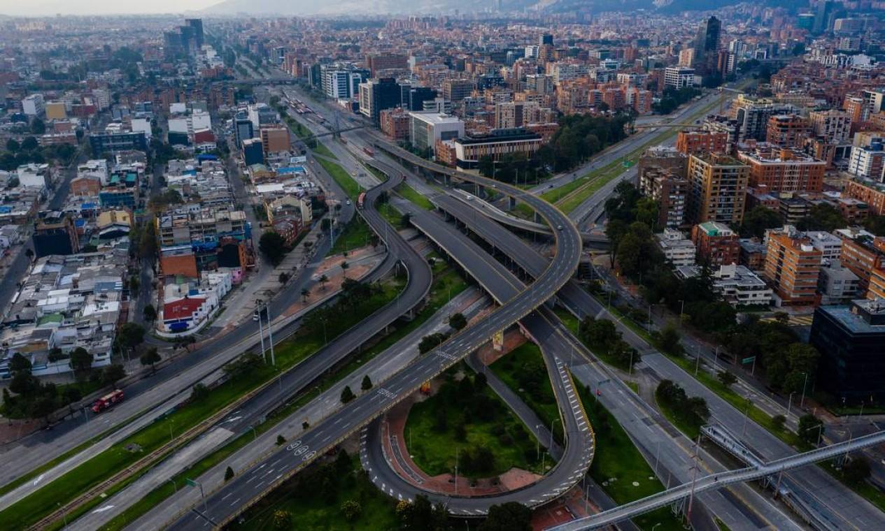 Um trevo vazio conta a história de uma cidade confinada em Bogotá, Colômbia Foto: Foto: Federico Rios / NYT