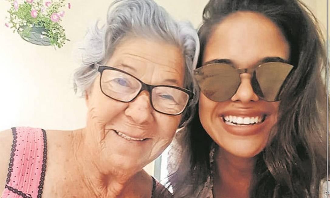 Pamella Machado com a avó Ercília em encontro pré-quarentena Foto: / Arquivo pessoal