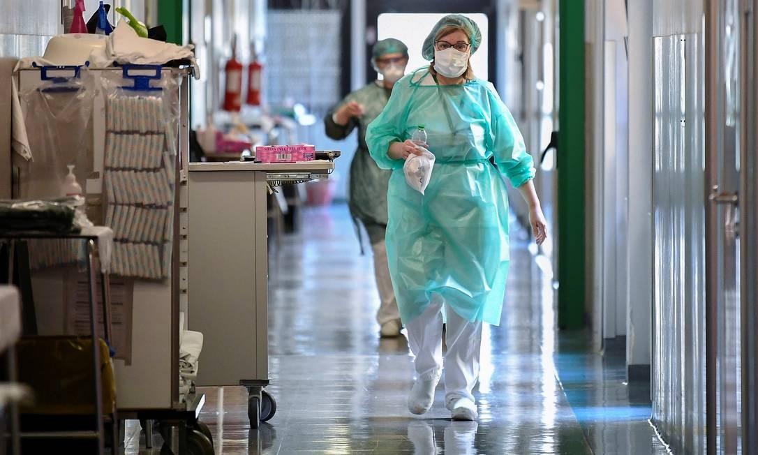 Médicos usam equipamento de proteção em hosptial em Cremona, na Itália Foto: FLAVIO LO SCALZO / REUTERS