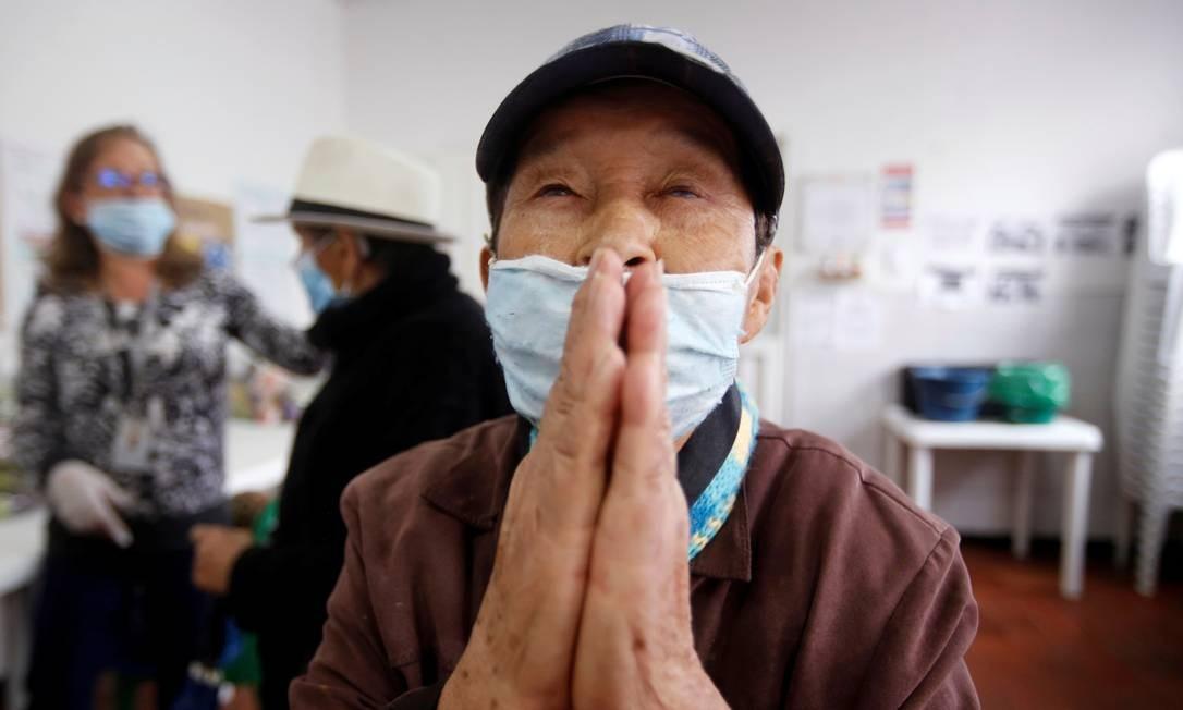 Idoso em meio à pandemia do coronavírus em Bogotá, na Colômbia Foto: Leonardo Munoz / REUTERS