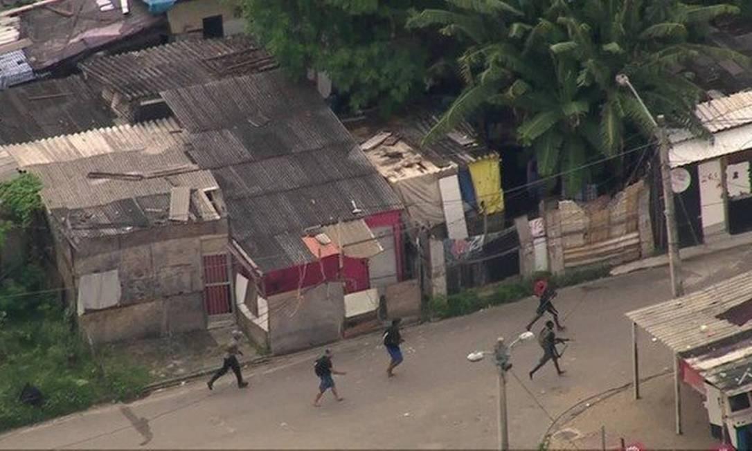 Bandidos andam pela Cidade de Deus Foto: TV Globo