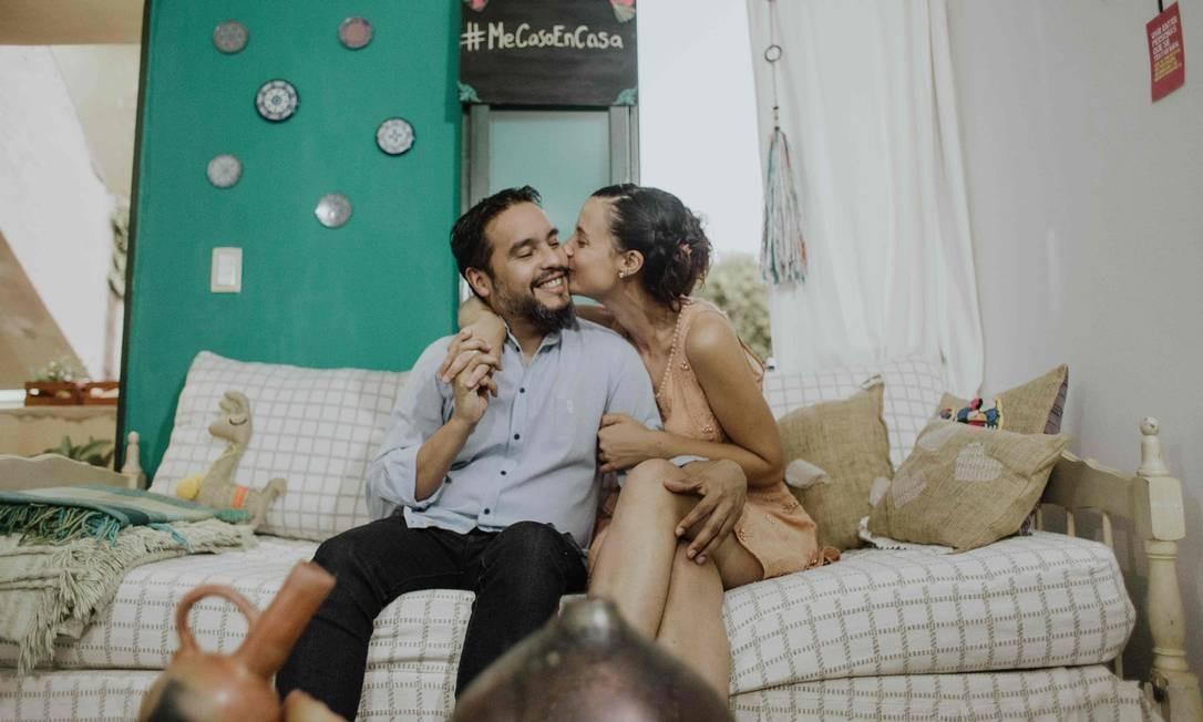 Com a cerimônia marcada desde o ano passado, o casal argentino Diego Aspitia e Sofia Cuggino manteve a celebração e optaram pela cerimonia via internet, diante dos amigos. O cartório vai ficar para depois da pandemia Foto: Almendra Fantilli / AFP