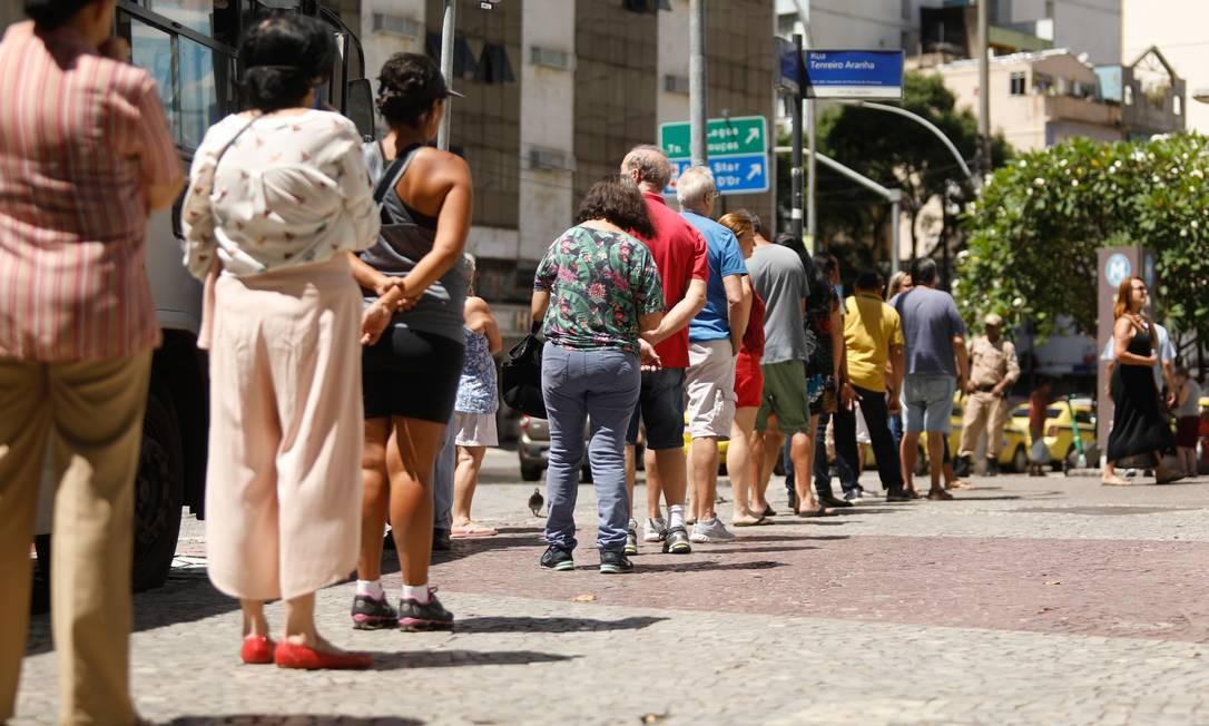 Idosos enfrentam fila quilométrica para tomar vacina contra a gripe em posto de Copacabana em 23/03 Foto: Brenno Carvalho / Agência O Globo