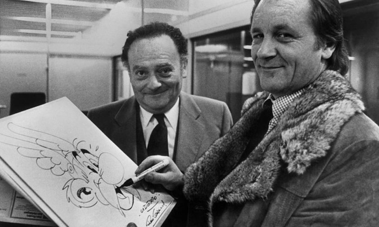 Uderzo a direita e Goscinny a esquerda e o característico traço do personagem Asterix Foto: STAFF / AFP