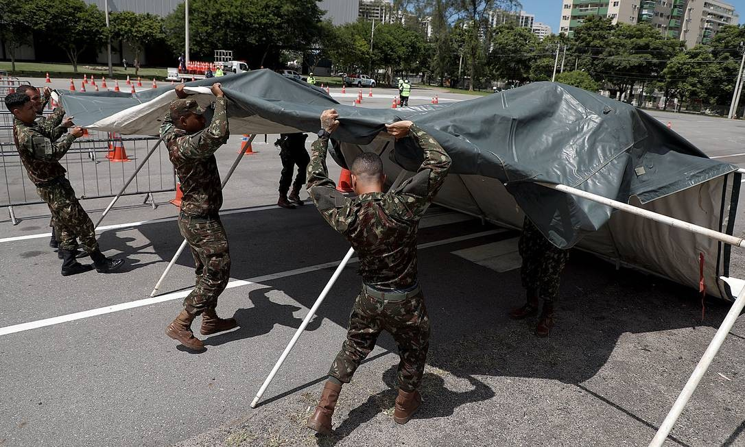Soldados do Exército trabalham na montagem de tendas de vacinação Foto: Fabio Motta / Agência O Globo