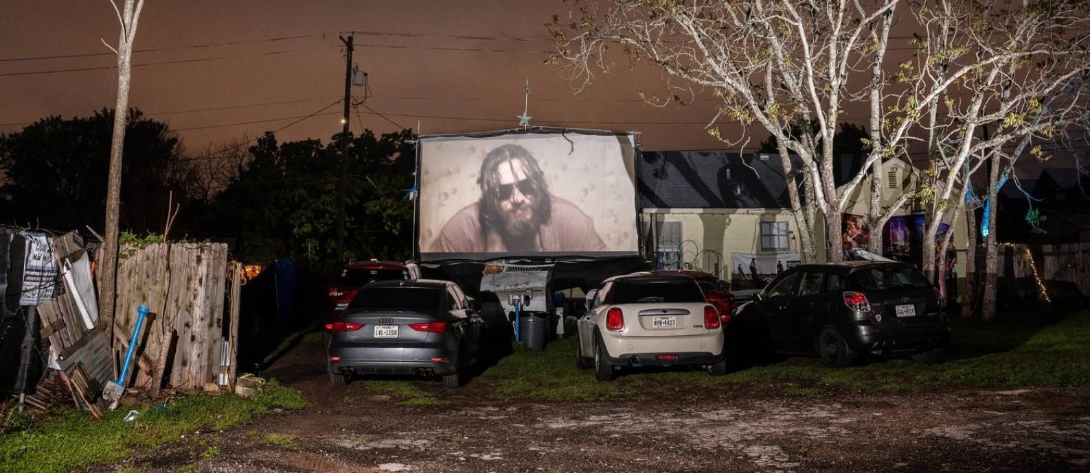 De seus carros, público acompanha o filme 'O grande Lebowski' no drive-in Blue Starlite Mini Urban, em Austin, no Texas Foto: Eli Durst / The New York Times