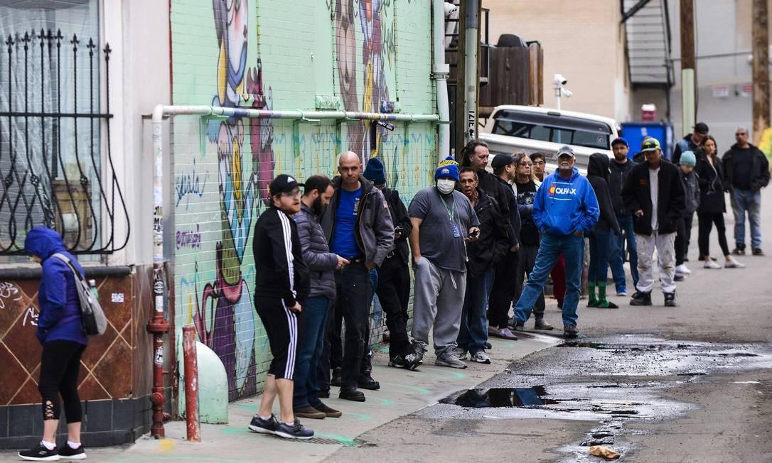 Pessoas aguardam duas horas em fila para comprar maconha em loja legalizada de Denver, no Colorado (EUA), respeitando distância segura por conta do novo coronavírus Foto: Michael Ciaglo / AFP