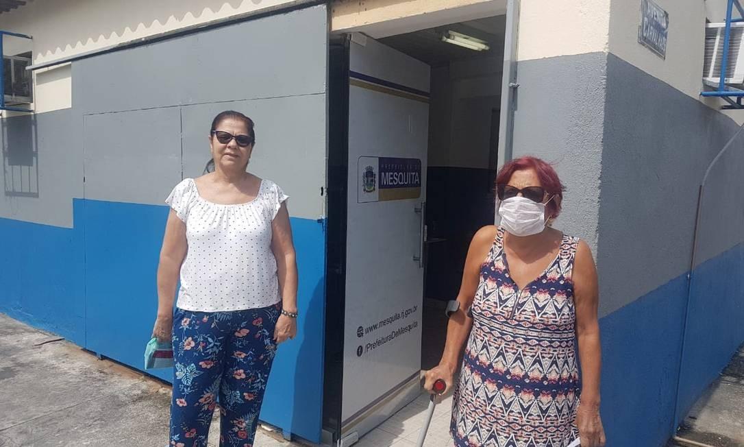 Ivanildes Dutra (D), de 69 anos, e a amiga Jeanete Ramalho, de 70, tentaram se vacinar Foto: Marcos Nunes/ O Globo
