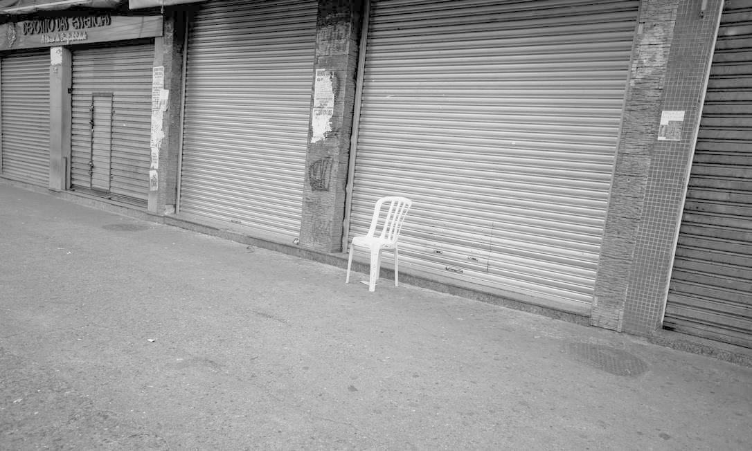 Uma cadeira deixada tão vazia quanto as ruas do Rio após decreto municipal Foto: Márcia Foletto / Agência O Globo