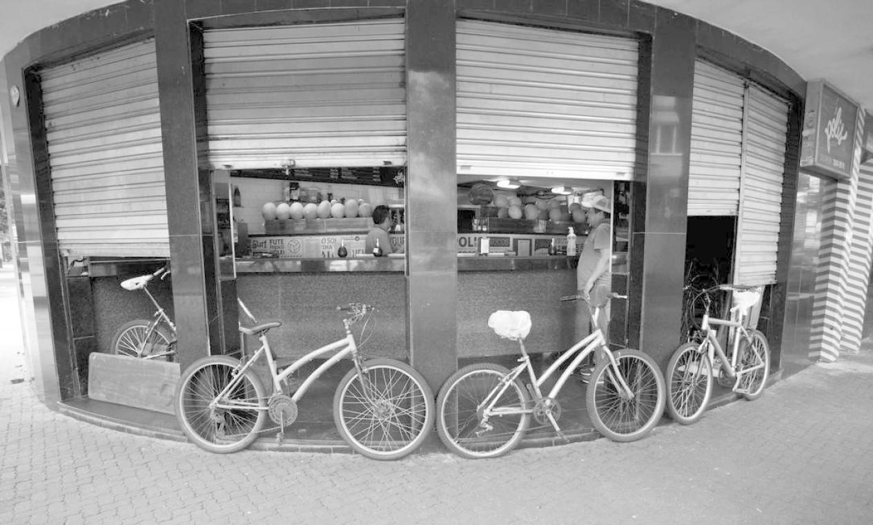 A loja Polis Sucos, na Praça Nossa Senhora da Paz, em Ipanema, se mantém funcionando somente com delivery Foto: Márcia Foletto / Agência O Globo