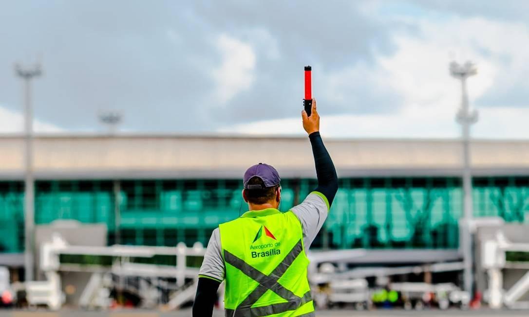 Funcionário na pista do Aeroporto Internacional de Brasília Foto: Facebook/Aeroporto Internacional de Brasília