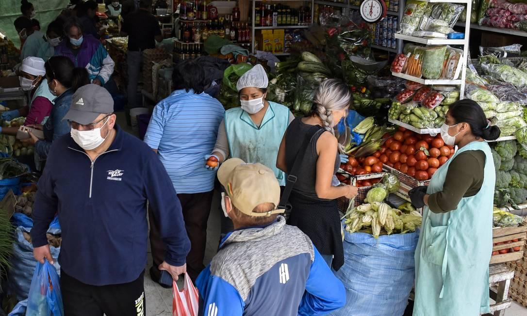Pandemia de coronavírus fez aumentar o número de pessoas que estocam alimentos e água Foto: Aizar Raldes / AFP