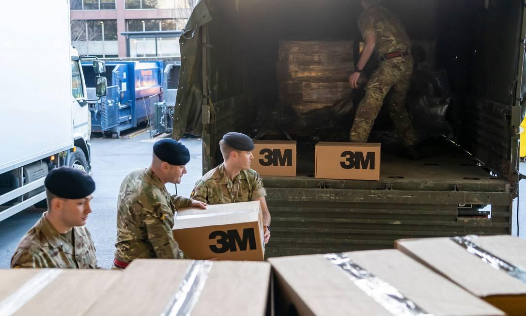 Militares entregam equipamentos de proteção a um hospital de Londres Foto: DAVID JENKINS / AFP