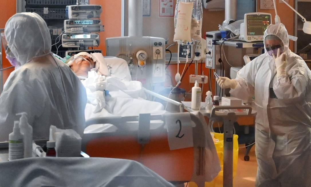 Médicos cuidam de um paciente gravemente doentes pelo coronavírus no hospital Casal Palocco, perto de Roma, na Itália. País anunciou que aumentou em 64% o número de leitos disponíveis nos serviços de terapia intensiva Foto: ALBERTO PIZZOLI / AFP