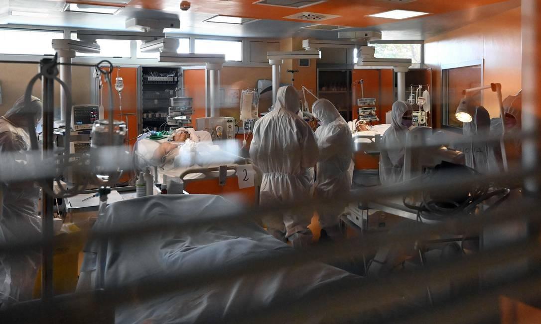 Médicos em equipamentos de proteção cuidam dos pacientes na nova unidade de terapia intensiva Covid 3, para casos da Covid-19, no hospital Casal Palocco, perto de Roma, durante quarentena do país, num esforço para frear a propagação da pandemia Foto: ALBERTO PIZZOLI / AFP