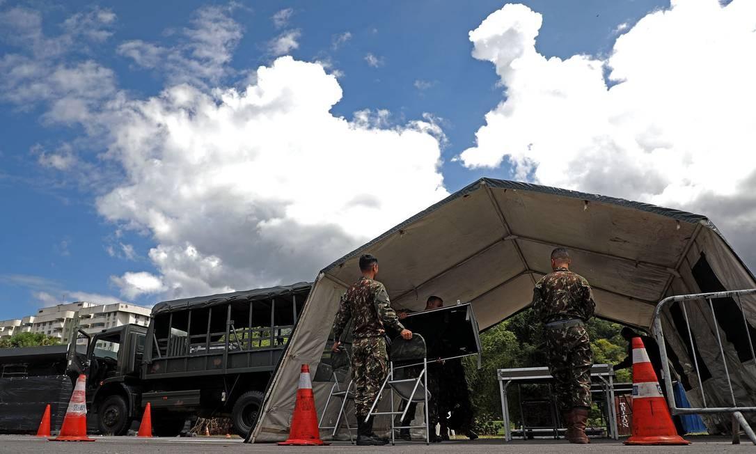 Exército montou, nesta terça-feira, as barracas para a vacinação no estacionamento do Riocentro Foto: FABIO MOTTA / Agência O Globo