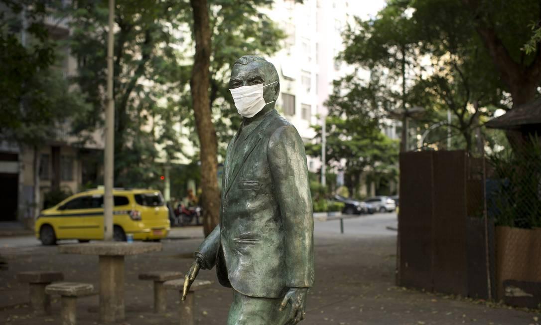 Estátua de Nelson Rodrigues, na Praça Manuel Campos da Paz, em Copacabana, com máscara cirúrgica Foto: Márcia Foletto / O Globo