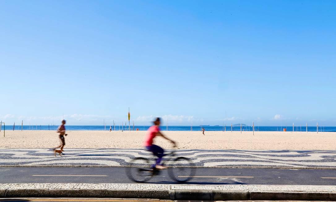 Algumas pessoas saíram de casa para praticar atividade física sozinhas em Copacabana Foto: Fabio Rossi / Agência O Globo