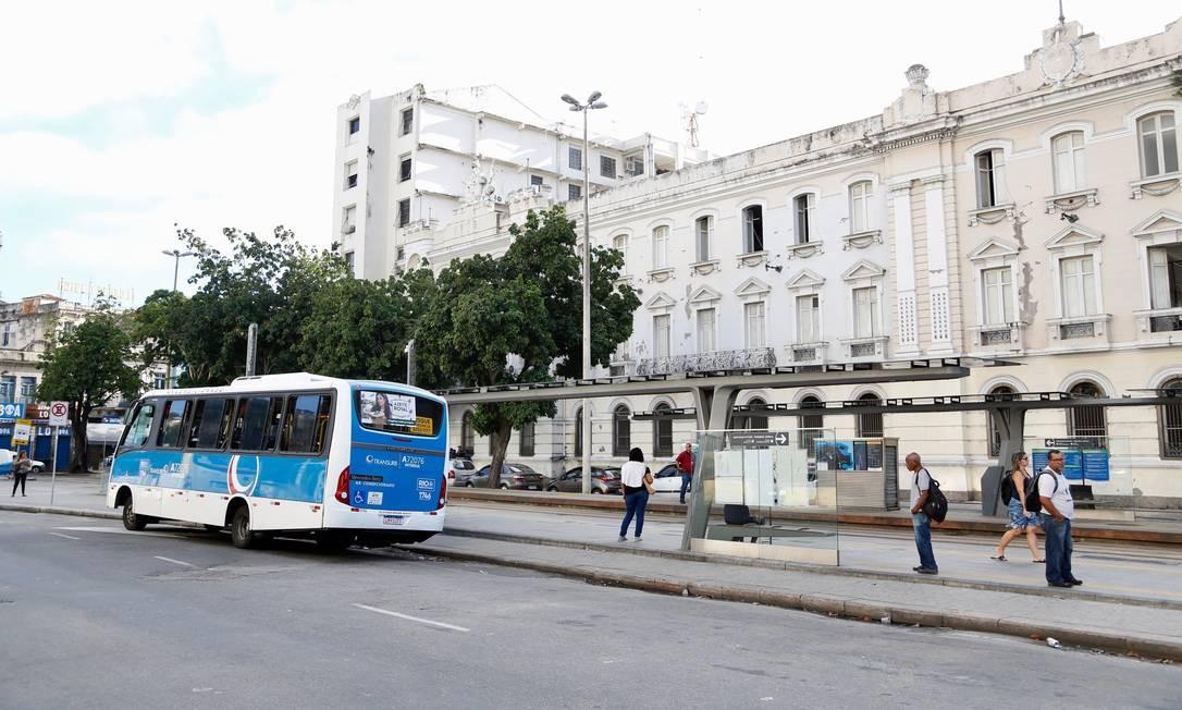 Ponto de ônibus e estação do VLT sem filas nem aglomeração de pessoas na manhã desta quarta-feira Foto: Fabio Rossi / Agência O Globo