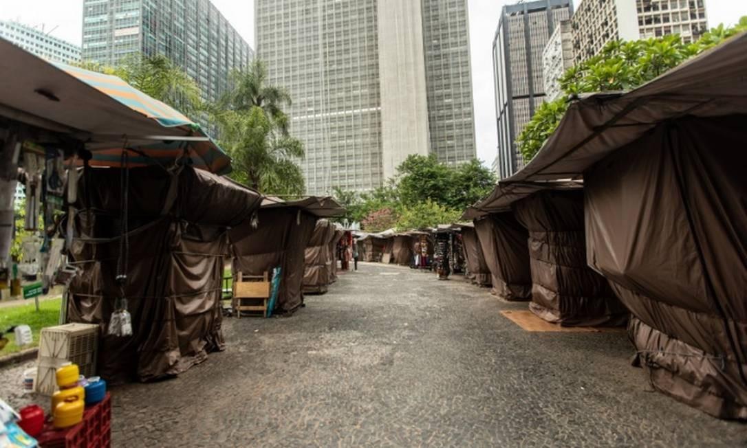 Barracas no Largo da Carioca, no Centro do Rio, estão fechadas, sem movimento Foto: Brenno Carvalho/Agência O Globo