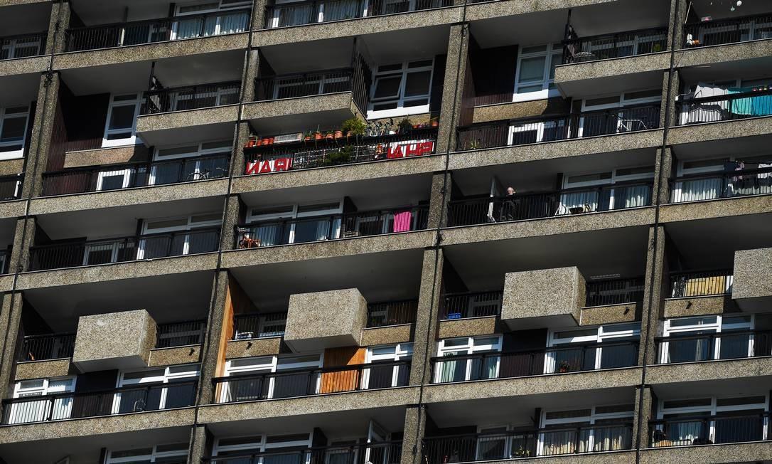 Morador de Londres aproveia sol da varanda porque Reino Unido esta em quarentena Foto: DYLAN MARTINEZ/REUTERS / REUTERS