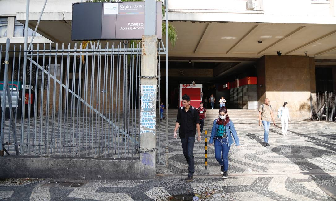 A cidade do Rio viveu mais um dia de ruas vazias; a Central do Brasil teve número de pessoas reduzido na manhã desta quarta-feira Foto: Fabio Rossi / Agência O Globo