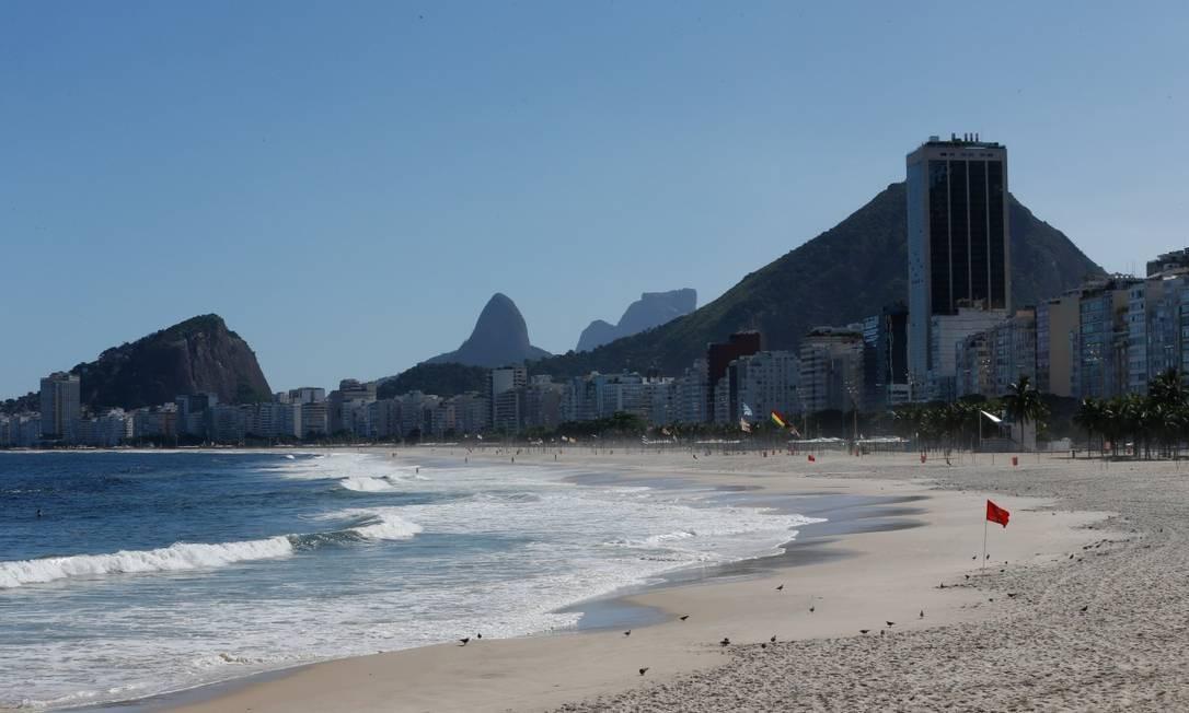 Praias do Leme e de Copacabana desertas após proibição de acesso Foto: ROBERTO MOREYRA / Agência O Globo