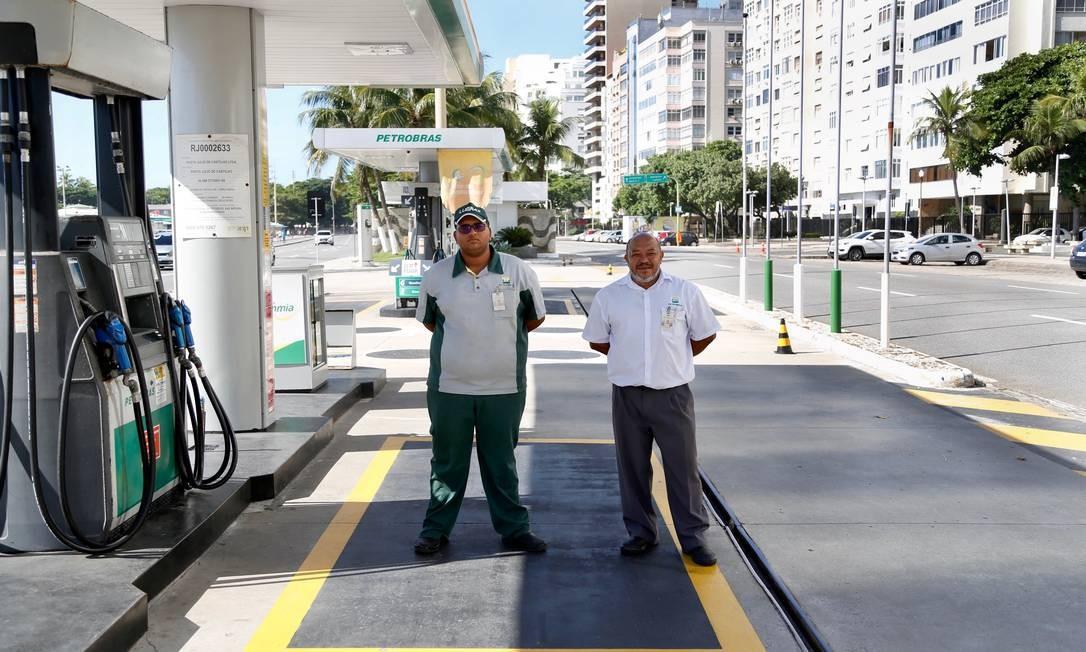 Posto de gasolina, considerado serviço essencial, na Avenida Atlântica, não fez nenhum atendimento até as 9h desta quarta-feira Foto: Fabio Rossi / Agência O Globo