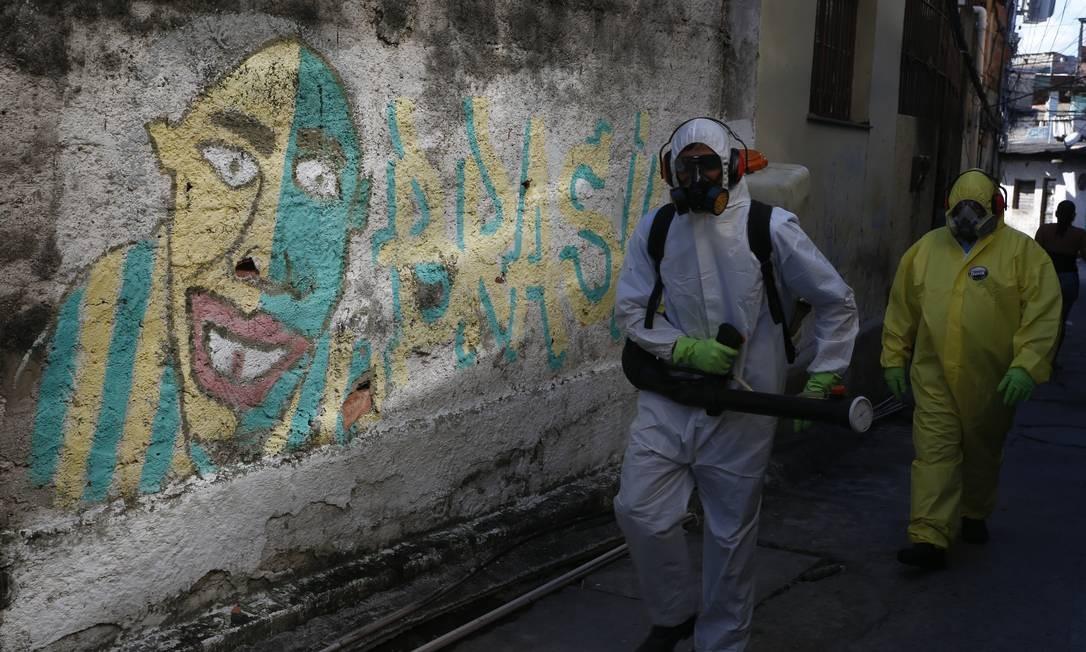 Composto para sanitização é o quaternário de amônia, mesmo produto utilizado no combate ao coronavírus na China Foto: Fabiano Rocha / Agência O Globo