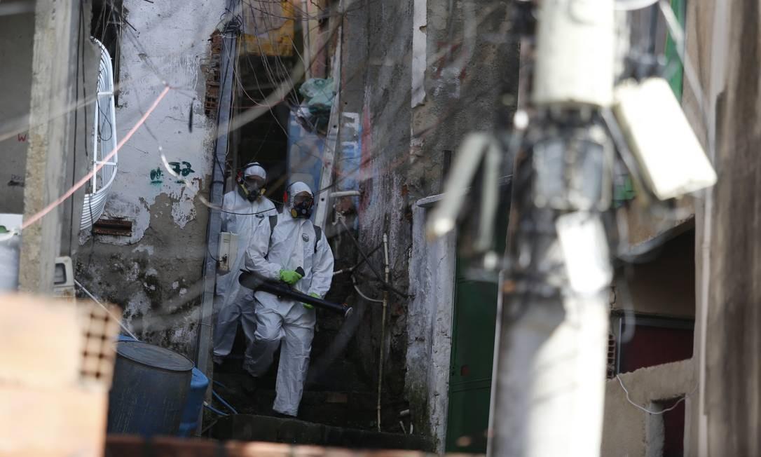 Intenção é higienizar locais onde há maior circulação de pessoas Foto: Fabiano Rocha / Agência O Globo