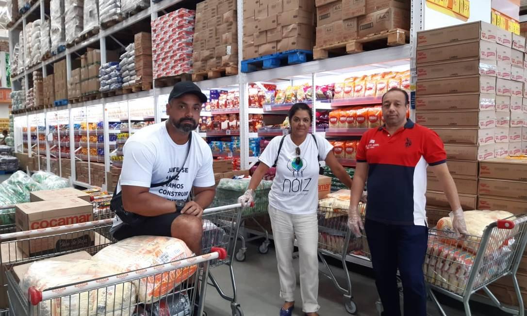 Com doações de moradores e de uma empresa de segurana, voluntários vão ajudar famílias que vivem no Brejo, na Cidade de Deus Foto: Gustavo Goulart / Agência O Globo