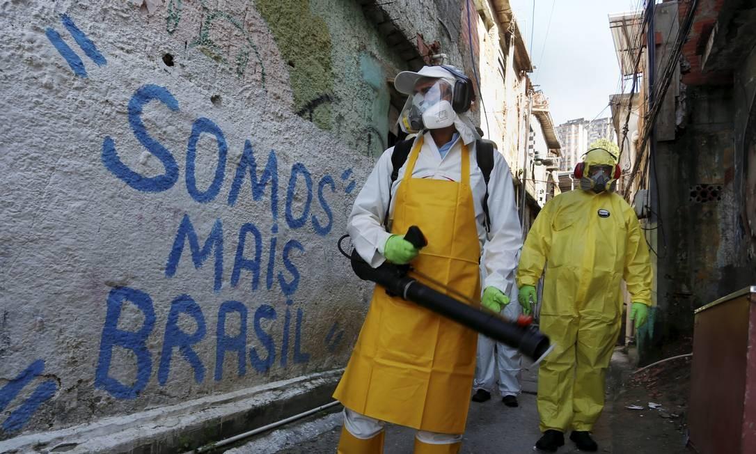 Sanitização da comunidade Vila Ipiranga, no Fonseca Foto: Fabiano Rocha / O Globo