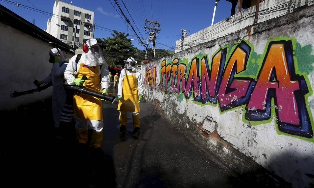 Prefeitura de Niterói faz higienização na comunidade Vila Ipiranga, no Fonseca Foto: Fabiano Rocha / Agência O Globo