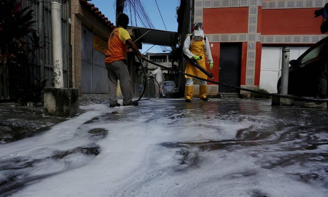 Composto de quaternário de amônia é pulverizado por onde pode haver circulação de pessosa Foto: Fabiano Rocha / Agência O Globo
